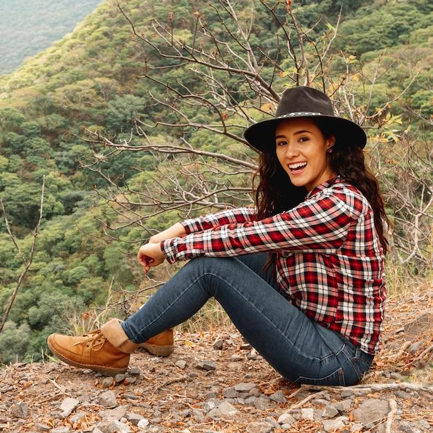 Mulher de alto ângulo nas montanhas a explorar Foto gratuita