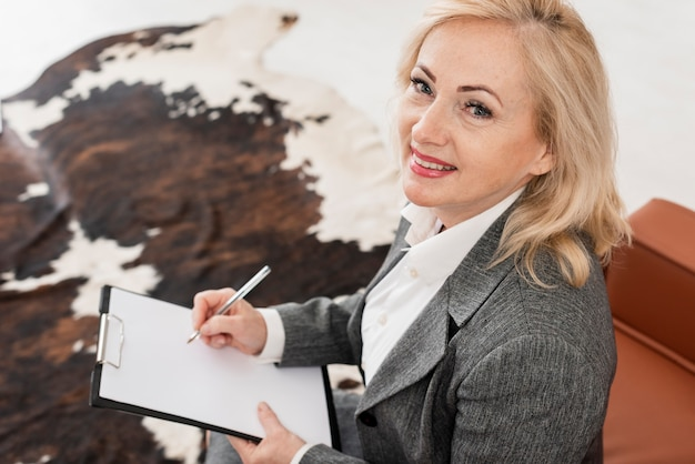 Mulher de alto ângulo no escritório Foto gratuita