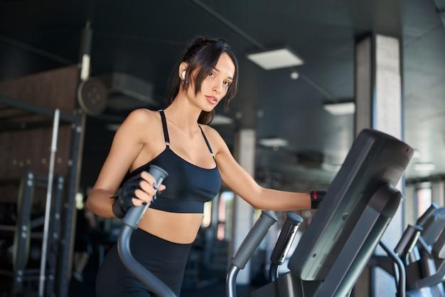 Mulher de aptidão fazendo cardio no ginásio. Foto gratuita