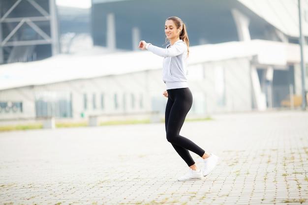 Mulher de aptidão fazendo exercícios em pé Foto Premium