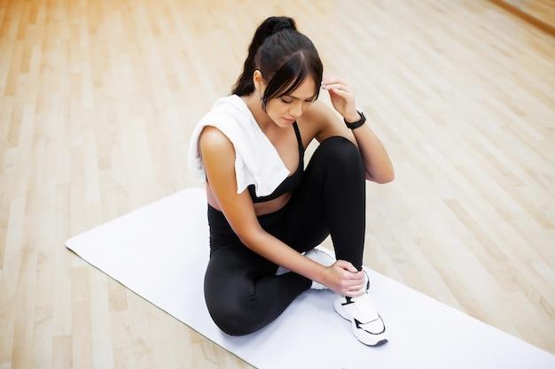 Mulher de aptidão fazendo exercícios na academia Foto Premium