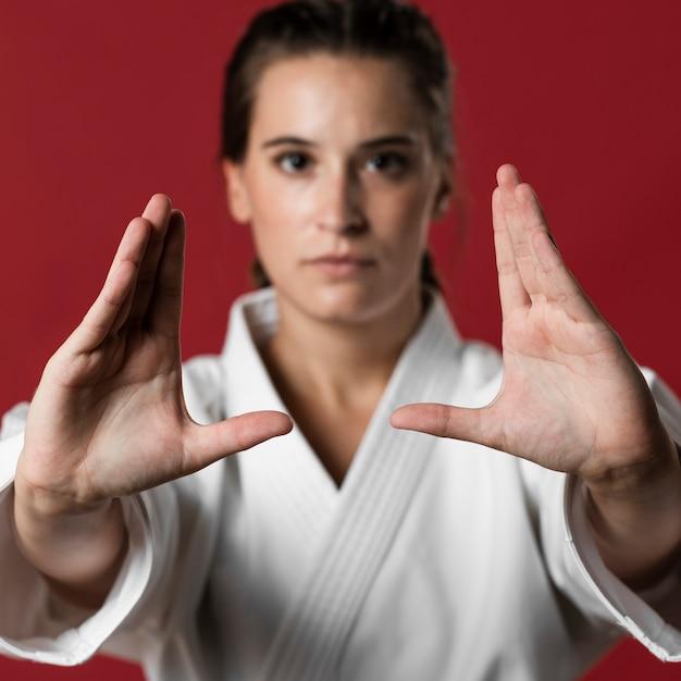 Mulher de artes marciais de close-up pronta para lutar Foto gratuita