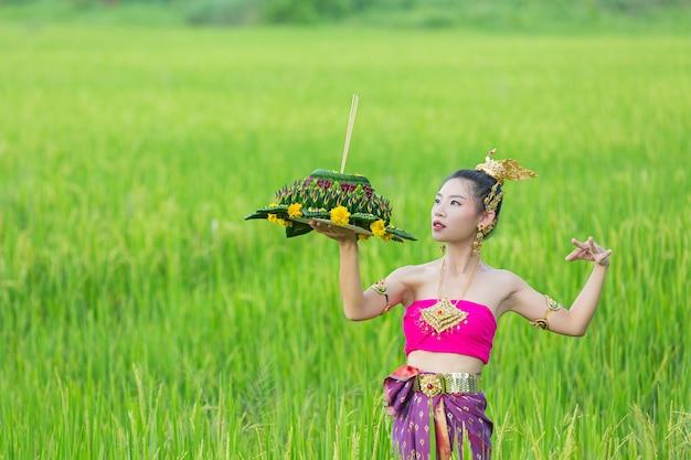 Mulher de ásia em vestido tailandês tradicional segurar kratong. festival loy krathong Foto gratuita