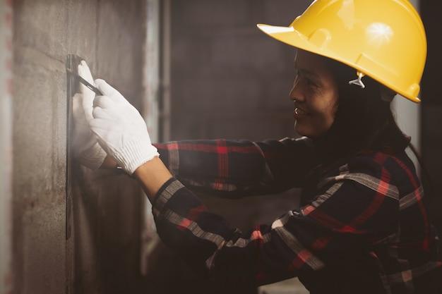 Mulher de ásia, engenheiro trabalhando no local de trabalho com feliz. Foto Premium
