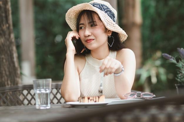 Mulher de ásia usando smartphone no tempo livre Foto Premium