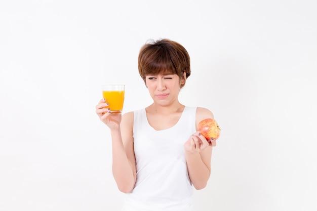 Mulher de beautifulyoung ásia com alimento saudável. Foto Premium