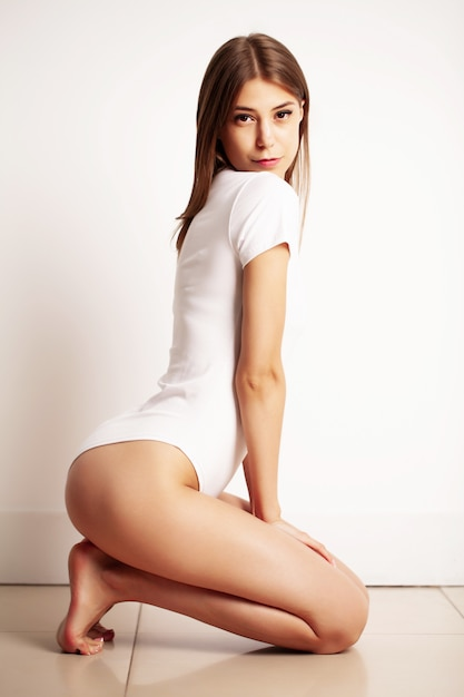 Mulher de biquíni branco com uma figura esbelta Foto Premium