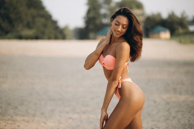 Mulher de biquíni em férias Foto gratuita