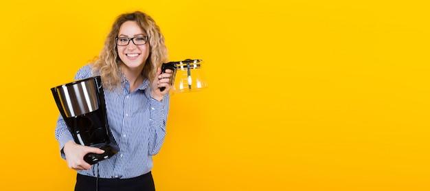 Mulher de camisa com máquina de café Foto Premium