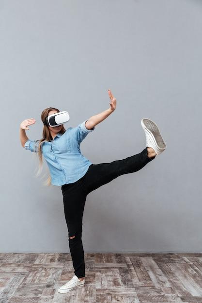 Mulher de camisa, usando o dispositivo de realidade virtual Foto gratuita