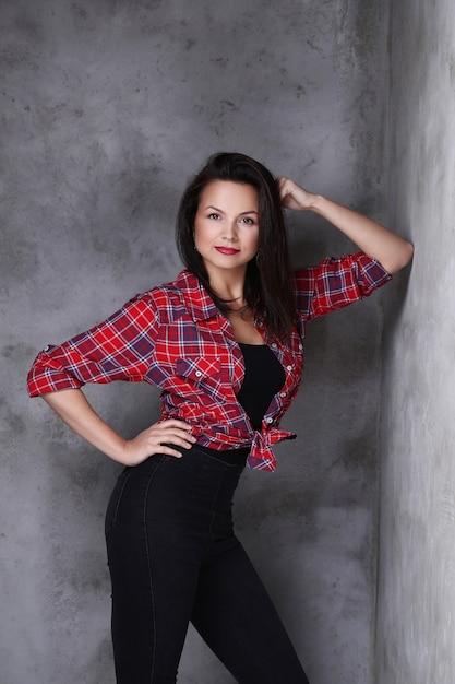 Mulher de camisa vermelha e calça jeans preta Foto gratuita