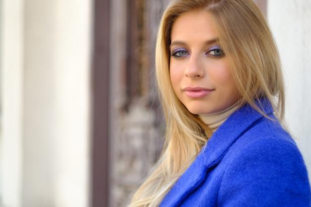 Mulher de casaco azul na rua Foto gratuita
