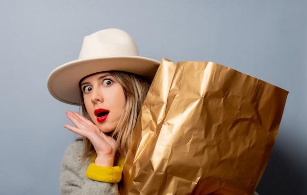 Mulher de casaco com sacola de compras Foto Premium