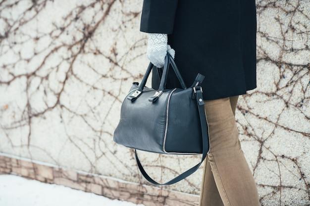 Mulher de casaco de inverno andando na rua com bolsas Foto Premium