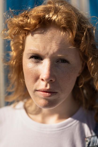 Mulher de close-up com sardas, olhando para a câmera Foto gratuita