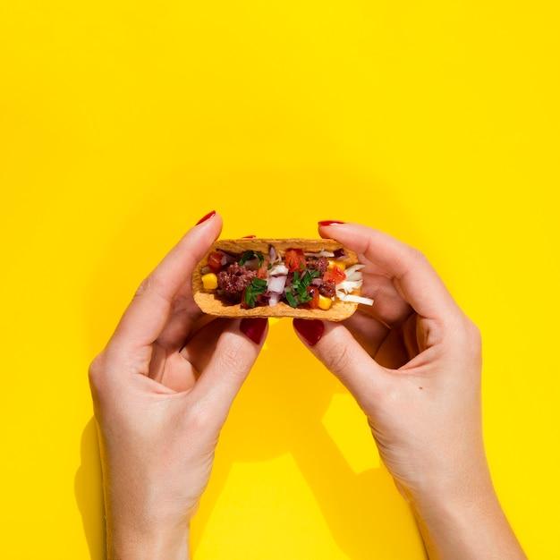 Mulher de close-up com taco e cópia-espaço Foto gratuita