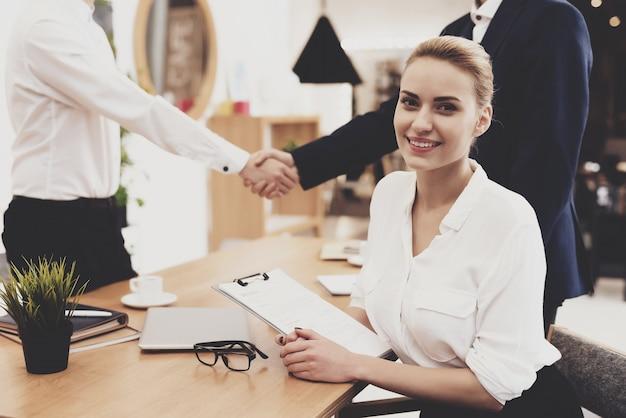 Mulher de diretor de rh na blusa e saia está trabalhando no escritório. Foto Premium