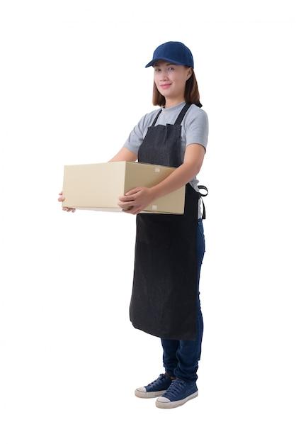Mulher de entrega na camisa cinza e avental está segurando caixas isoladas Foto Premium