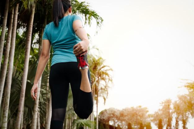 Mulher de esporte é alongamento muscular antes de treino Foto Premium