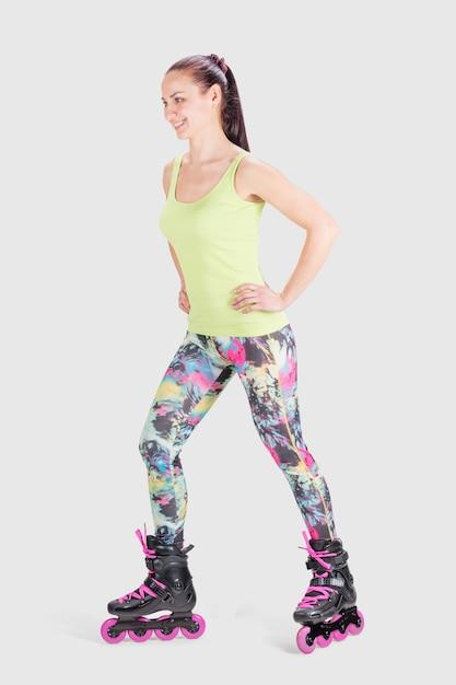 Mulher de esportes fitness em patins Foto Premium