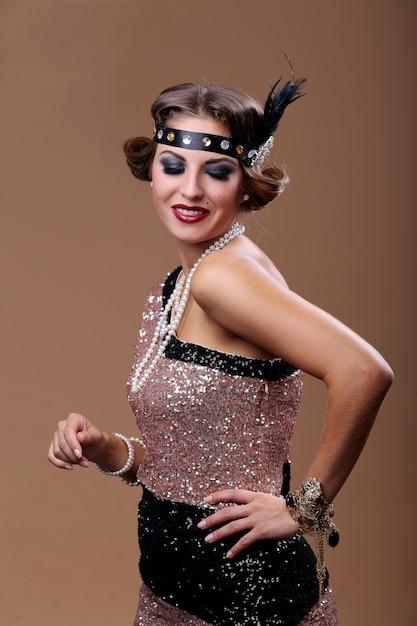 Mulher de festa de luxo em olhar para baixo Foto gratuita