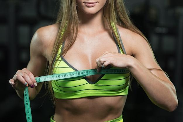 Mulher de fitness com roleta mede a circunferência do tórax Foto Premium