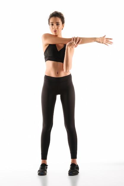 Mulher de fitness satisfeito aquecendo Foto gratuita