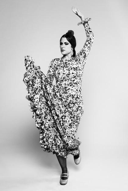 Mulher de flamenco preto e branco dançando Foto gratuita