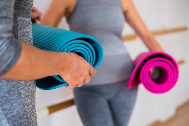 Mulher de homem close-up no sportswear Foto gratuita