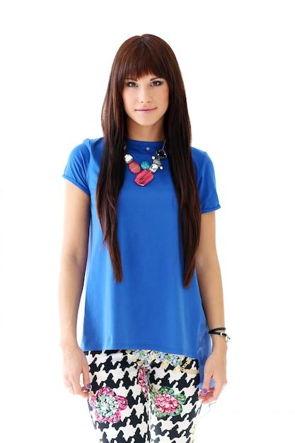 Mulher de jeans skinny e blusa azul Foto gratuita