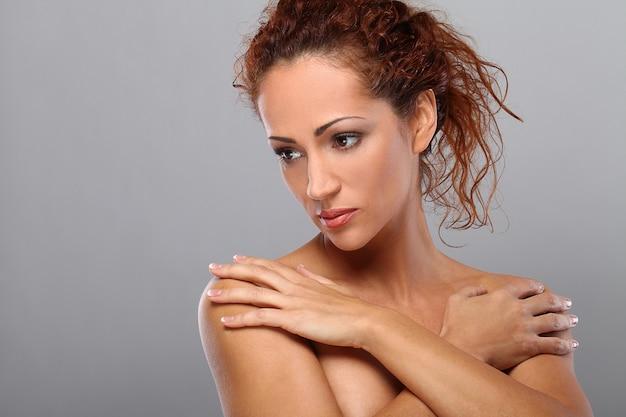 Mulher de meia idade bonita com maquiagem Foto gratuita