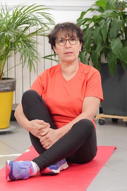 Mulher de meia idade fazendo exercícios de fitness Foto Premium