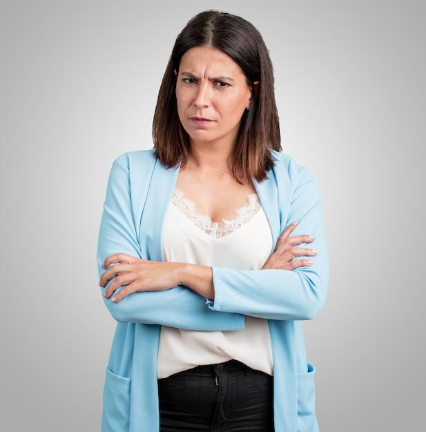 Mulher de meia idade muito zangado e chateado, muito tenso, gritando furioso, negativo e louco Foto Premium