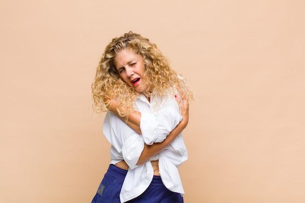 Mulher de meia idade se sentindo apaixonada, sorrindo, acariciando e se abraçando, permanecendo solteira, sendo egoísta e egocêntrica Foto Premium