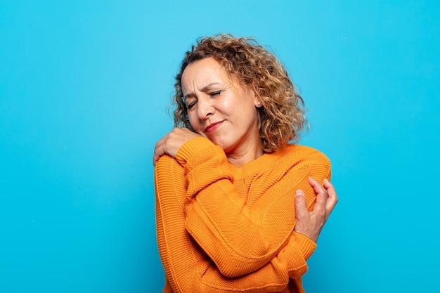 Mulher de meia idade se sentindo apaixonada, sorrindo, acariciando e se abraçando Foto Premium