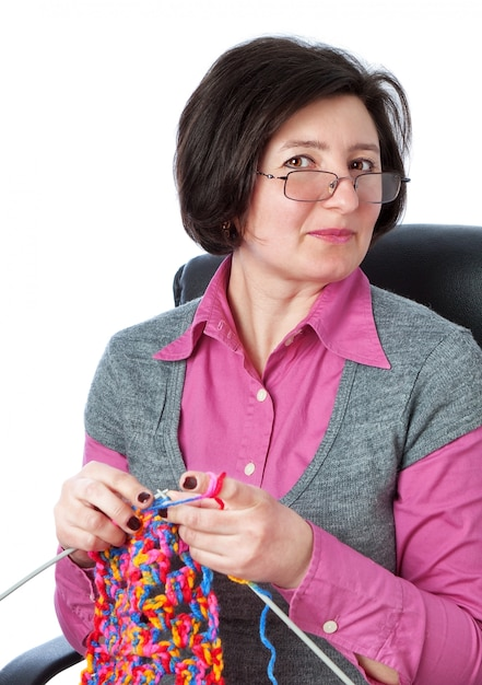 Mulher de meia idade tricota no meu tempo livre. Foto Premium