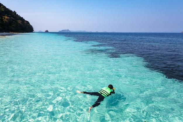 Mulher de mergulho em águas cristalinas, mar de andaman Foto Premium