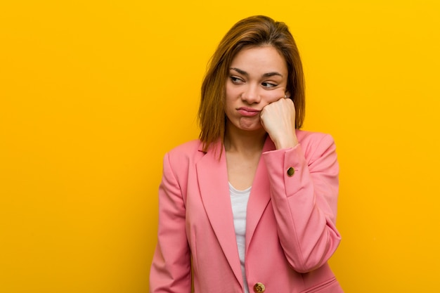Mulher de negócio nova da forma que sente triste e pensativa, olhando o espaço da cópia. Foto Premium