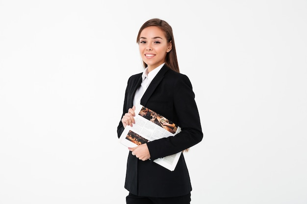 Mulher de negócios alegre segurando o jornal. Foto gratuita