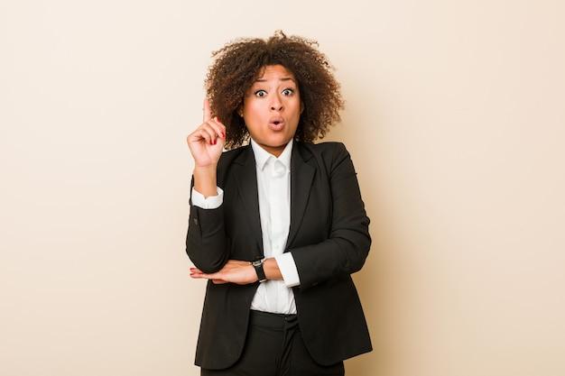 Mulher de negócios americano africano jovem tendo uma ótima idéia, de criatividade. Foto Premium