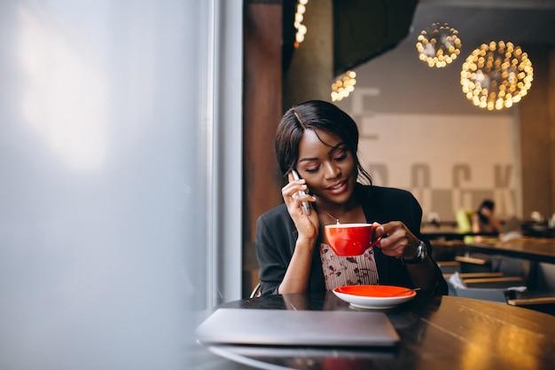 Mulher de negócios americano africano trabalhando em um café Foto gratuita