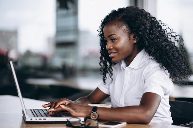 Mulher de negócios americano africano trabalhando no computador Foto gratuita