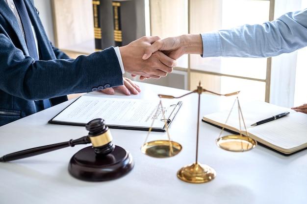 Mulher de negócios apertando a mão de um advogado após discutir um bom contrato no tribunal Foto Premium
