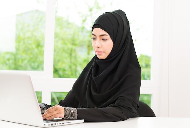Mulher de negócios árabes trabalhando Foto gratuita