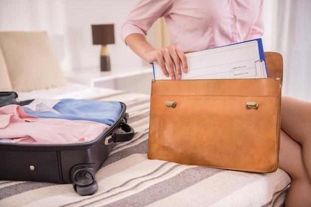 Mulher de negócios, arrumar as coisas na maleta. Foto Premium