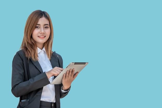 Mulher de negócios asiáticos com computador tablet isolado no banner azul Foto Premium