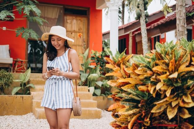 Mulher de negócios asiáticos de férias falando no telefone Foto gratuita