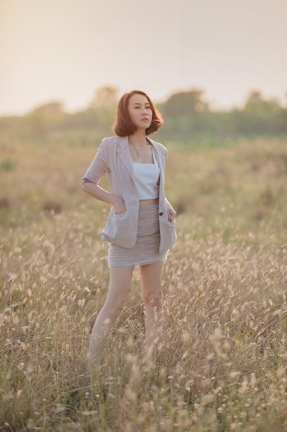Mulher de negócios asiáticos em um campo fora do escritório Foto Premium