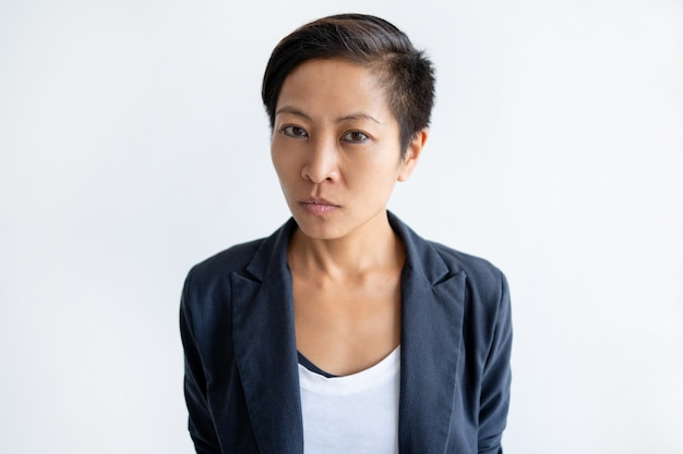Mulher de negócios asiáticos séria olhando para a câmera Foto gratuita