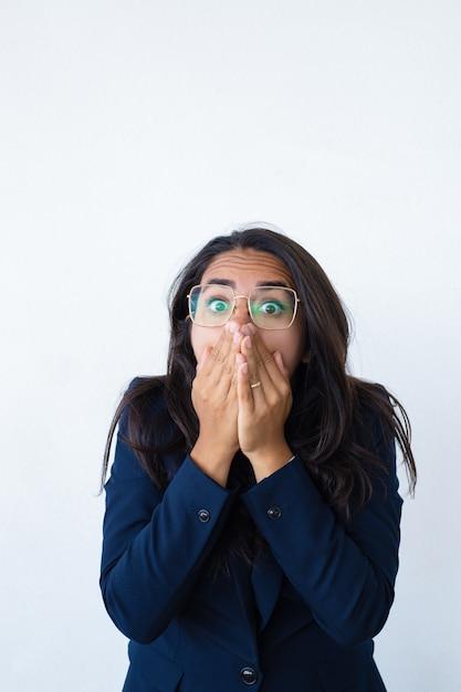 Mulher de negócios aterrorizada com medo sentindo estressado Foto gratuita